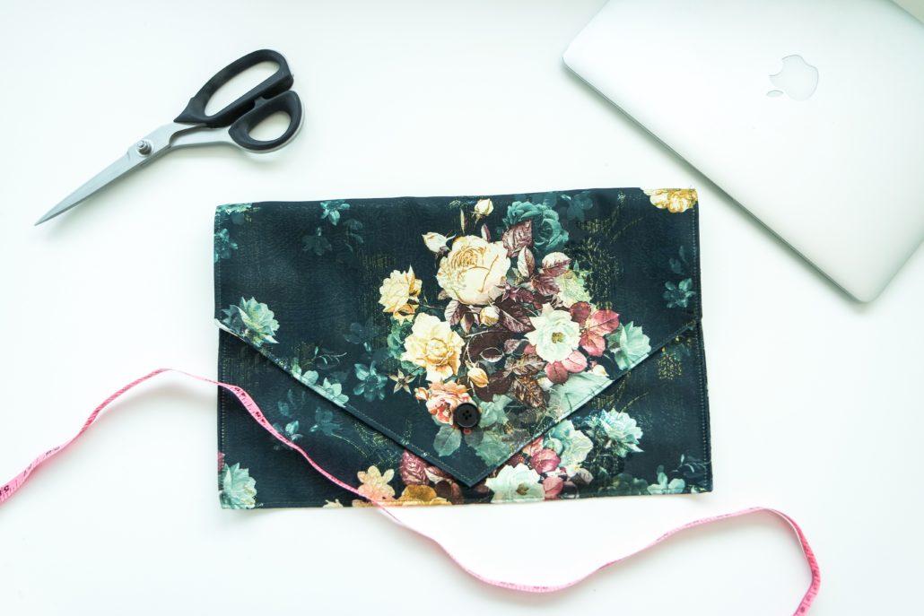 Sy laptop cover i et stoff du liker